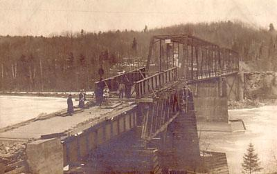 Rparation du pont sur la rivire des Outaouais / Repairing the bridge over the Ottawa River