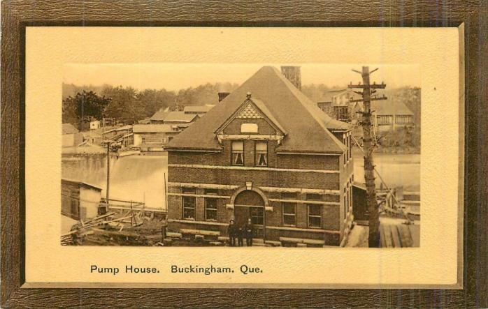 Station de pompage, Buckingham, vers 1908. Ancienne carte postale. (Collection privée)  / Pumphouse, Buckingham, c.1908. Early postcard. (Private collection)