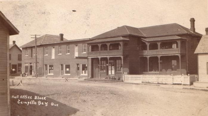 Centreville et bureau de poste, Campbell's Bay, vers 1910. Ancienne carte postale photographique, (Collection privée) / Downtown and post office block, Campbell's Bay, c.1910. Early photographic postcard. (Private collection)