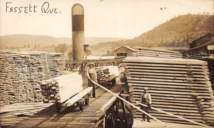 Moulin à scie, Fassett, vers 1915. Ancienne carte postale photographique. (Collection privée) / Sawmill, Fassett, c.1915. Early photographic postcard. (Private collection)