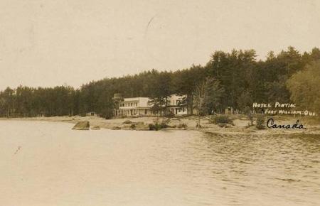 L'hôtel Pontiac, de la rivière / Hotel Pontiac from the River